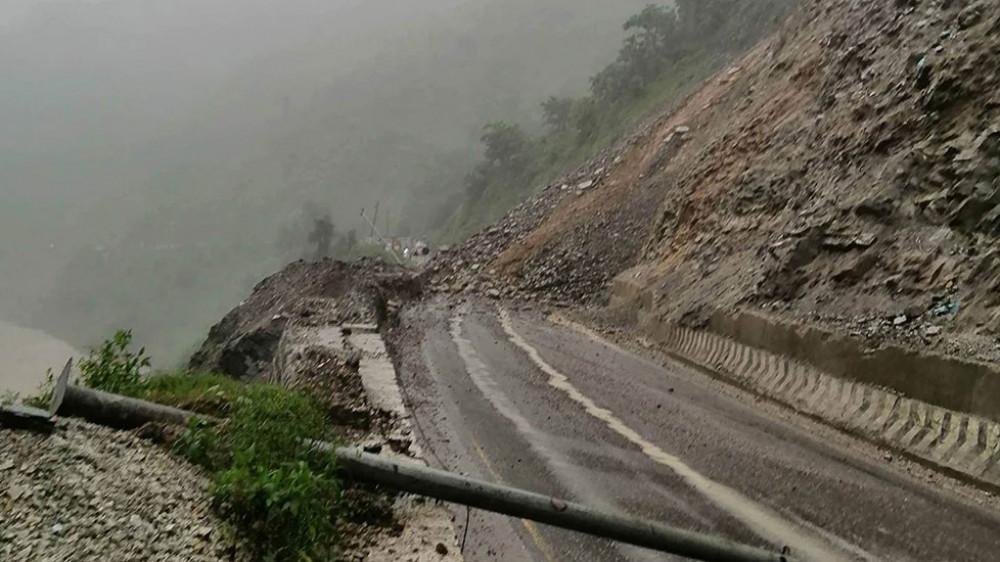 पहिरोले नारायणगढ–मुग्लिन सडक बन्द